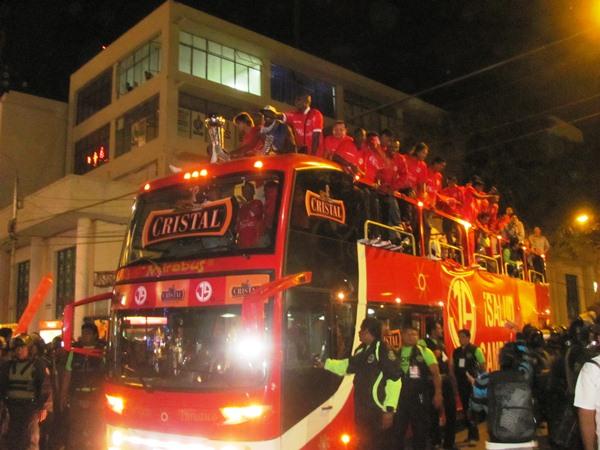 SUBE AL BUS. El plantel de Aurich se paseó largas horas en el Mirabus por todo Chiclayo. (diario La Industria de Chiclayo)