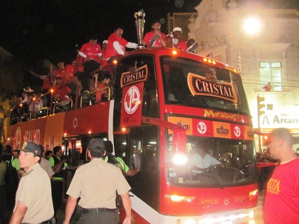 SE LUCE. La Copa Movistar se paseó frente a los miles de hinchas de Aurich. Chiclayo estuvo paralizado. (diario La Industria de Chiclayo)
