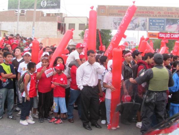QUE PASE EL REY. La gente esperaba a sus ídolos que llegaban desde Lima. (diario La Industria de Chiclayo)