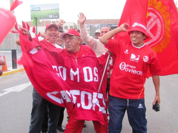 TAMBIÉN SON CAMPEONES. EL público chiclayano también puso su granito de arena y merecidamente pueden decir que son campeones. (diario La Industria de Chiclayo)