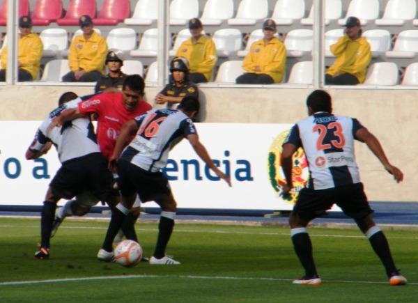 COSAS IMPOSIBLES. Pedro Ascoy intentaba pasar por entre dos defensores blanquiazules. (Foto: Wagner Quiroz / DeChalaca.com)