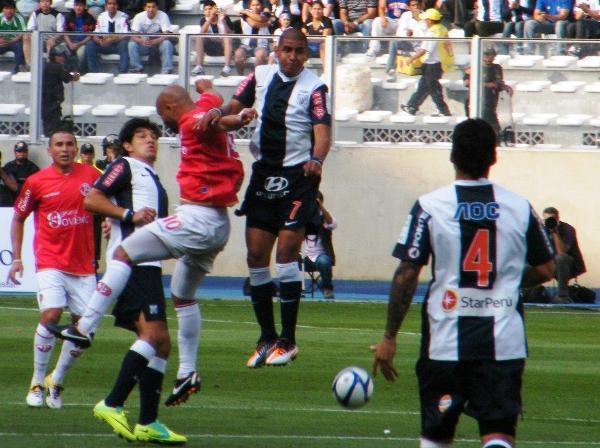 CABEZAS CALVAS. Ricardo Ciciliano y Édgar González luchan en el juego aéreo con sus brillantes cabezas. (Foto: Wagner Quiroz / DeChalaca.com)