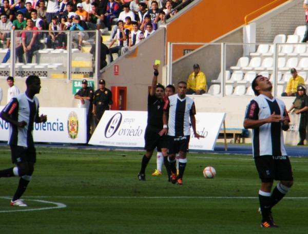 LA PRIMERA. Junior Viza recibía la primera tarjeta amarilla para Alianza Lima. (Foto: Wagner Quiroz / DeChalaca.com)