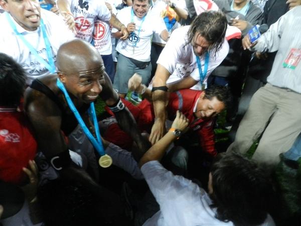 SE TUMBA A TODOS. Luis Guadalupe en su euforia se bajó a algunos fotógrafos. (Foto: José Salcedo / DeChalaca.com)