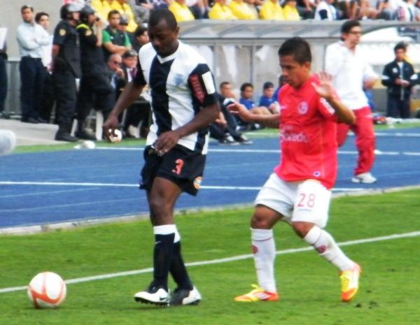 SU PERFIL. Édgar Villamarín jugó el tercer partido de la final como lateral izquierdo por la banda que mejor le acomoda. (Foto: Wagner Quiroz / DeChalaca.com)