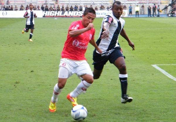 LO TIENE LOCO. Roberto Merino tuvo un duelo aparte que ganó en la primera mitad a Édgar Villamarín. (Foto: Wagner Quiroz / DeChalaca.com)