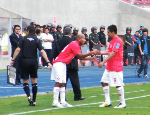 CAMBIO TEMPRANO. Pedro Ascoy no acabaría el primer tiempo, pues sería reemplazado por Jorge Molina con la firme intención de darle más agresividad a Aurich en la marca. (Foto: Wagner Quiroz / DeChalaca.com)