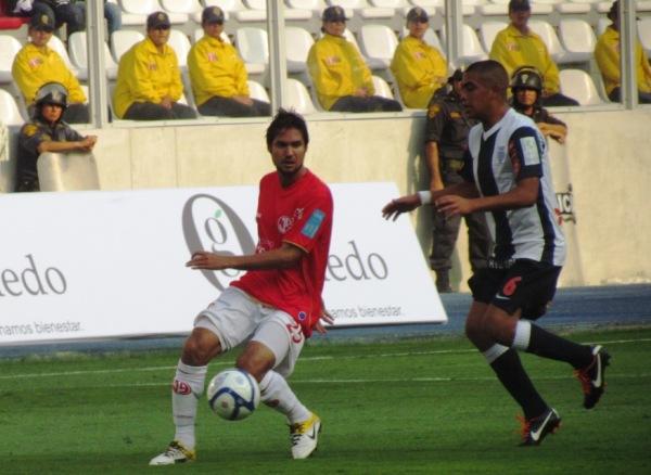 LALO ATENTO. Eduardo Uribe tuvo un buen rendimiento en primera línea acompañando a Ricardo Ciciliano. (Foto: José Salcedo / DeChalaca.com)