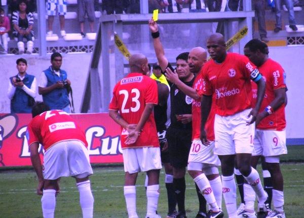 OTRO MÁS. Jorge Molina también recibió la amarilla por una entrada dura en contra de Viza. (Foto: José Salcedo / DeChalaca.com)