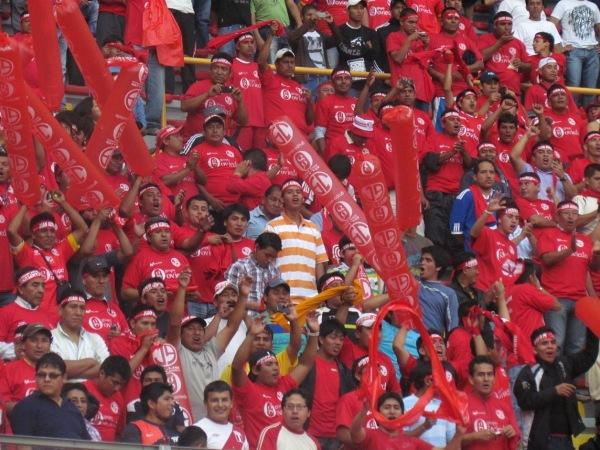 DESPIERTAN. Los hinchas de Aurich también hicieron sentir su aliento desde la tribuna norte del Nacional. (Foto: José Salcedo / DeChalaca.com)