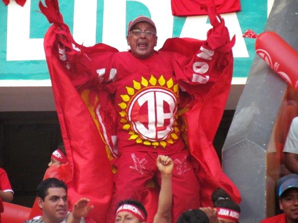 PAJARO NORTEÑO. Como su edición colombiana, este singular personaje puso alegría en la tribuna del 'Ciclón'. (Foto: José Salcedo / DeChalaca.com)