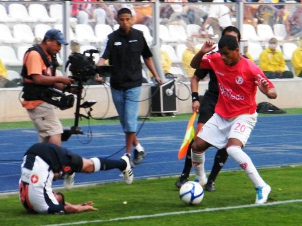 RÁPIDO Y FURIOSO. Nelinho Quina dejaa un lado a Paolo Hurtado con el cuerpo sin cometer falta alguna. (Foto: Wagner Quiroz / DeChalaca.com)