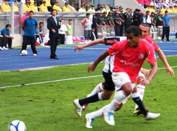 VA BIEN. Nelinho Quina consigue detener la arremetida de Hurtado. El 'Caballito' no podía superar al lateral izquierdo de Aurich. (Foto: Wagner Quiroz / DeChalaca.com)
