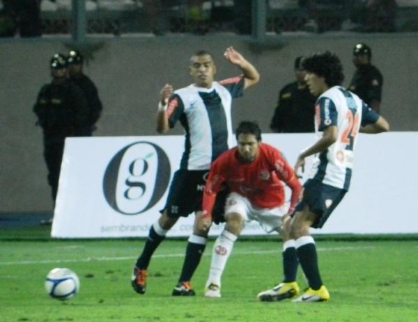 EN EL AIRE. En el Nacional se respiraba tensión en el ambiente. Hinchada, técnico y jugadores no querían perder el partido. (Foto: José Salcedo / DeChalaca.com)