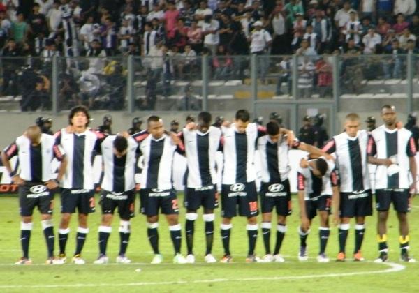 AGOTADOS. Los jugadores de Alianza esperaban la tanda de penaes abrazados. El primero en patear sería Édgar González. (Foto: Wagner Quiroz / DeChalaca.com)