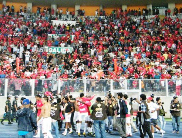 POCOS COMO MUCHOS. Roberto Merino celebra junto a la tribuna Norte que estuvo teñida de rojo. (Foto: Wagner Quiroz / DeChalaca.com)