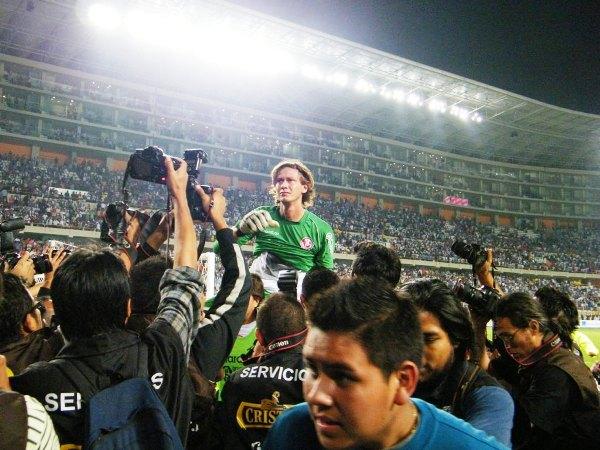 EL HÉROE. Diego Penny es alzado en hombros ante la hinchada de Aurich. (Foto: Wagner Quiroz / DeChalaca.com)