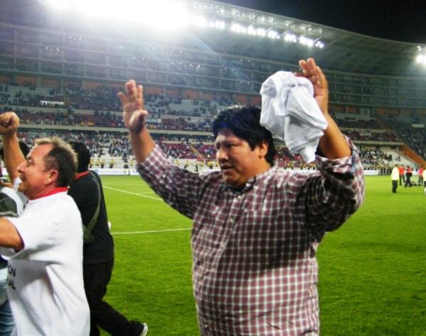 ABRAMOVIC DEL NORTE. Edwin Oviedo celebró junto a sus jugadores. El presidente de Aurich sudó la gota gorda desde la tribuna. (Foto: Wagner Quiroz / DeChalaca.com)
