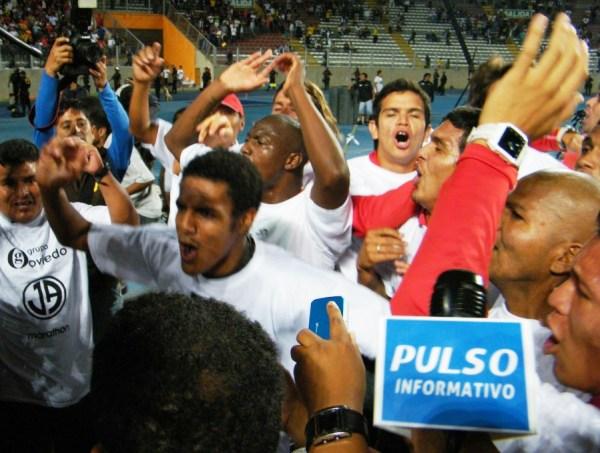 PULSO DE CAMPEÓN. Los jugadores cantaban el clásico 'Sale el campeón' frente a las cámaras de TV. (Foto: Wagner Quiroz / DeChalaca.com)