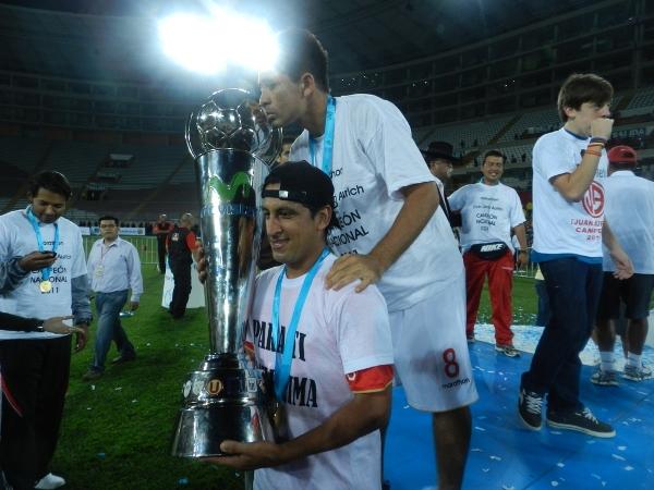 EL BURRO POR DETRÁS. Pedro Ascoy besaba la Copa Movistar mientras la cargaba Renzo Sheput. (Foto: Wagner Quiroz / DeChalaca.com)