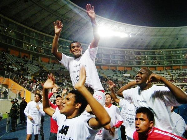 POR LOS CIELOS. Nelinho Quina no pudo campeonar en 2009, pues se fue de la 'U' a mitad de año, pero ahora se desquitó y levantó la Copa con Aurich. (Foto: Wagner Quiroz / DeChalaca.com)