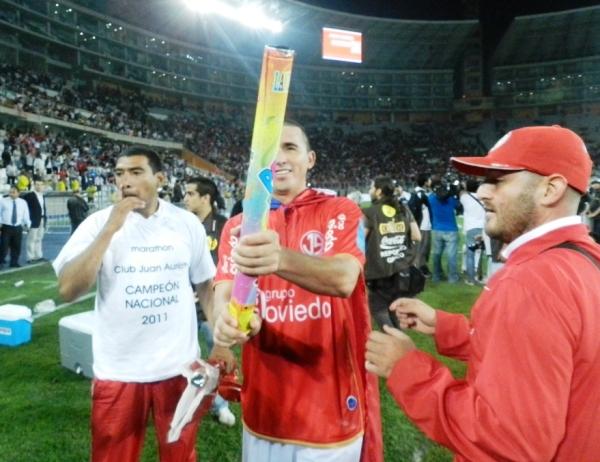 EN SU SALSA. El paraguay Édgar Balbuena era uno de los más emocionados. (Foto: José Salcedo / DeChalaca.com)