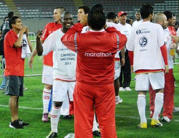 DI ACEITUNA. Jhoel Herra se mostraba feliz tras obtener su primer título en la máxima división peruana. (Foto: José Salcedo / DeChalaca.com)