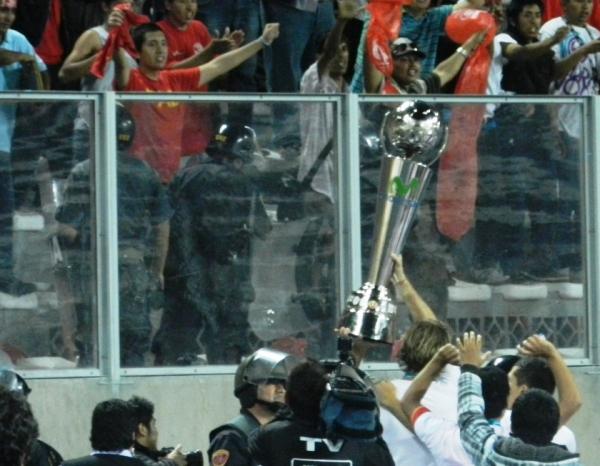 NO HAY PENA. Diego Penny alza la Copa Movistar ante los hinchas de Aurich. (Foto: José Salcedo / DeChalaca.com)
