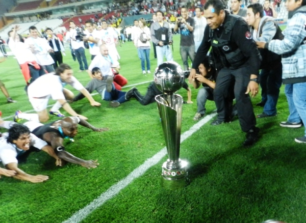 YA LLEGARON. Los jugadores y una celebración tradicional deslizándose hacia el título. (Foto: José Salcedo / DeChalaca.com)