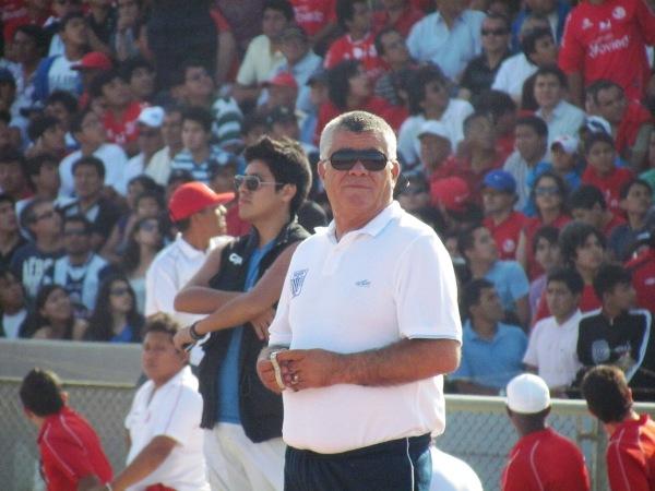 LO TOMA CON CALMA. Miguel Ángel Arrué lució muy tranquilo antes del inicio del compromiso en Chiclayo. (Foto: José Salcedo / DeChalaca.com)