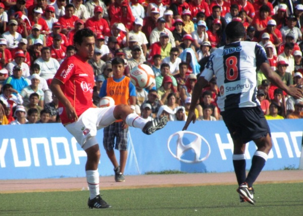 LO MIDE BIEN. Sheput es obligado a retroceder un balón ante la marca de Jayo. (Foto: José Salcedo / DeChalaca.com)
