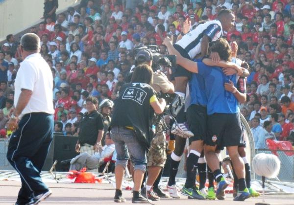 PRIMER GRITO. Arroé abrió el marcador a los 19 minutos y los jugadores blanquiazules festejaron de esta manera. (Foto: José Salcedo / DeChalaca.com)