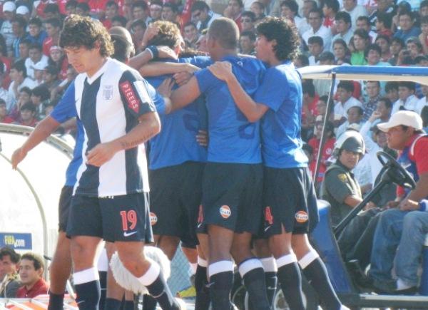 UNA ALEGRÍA QUE DURA. Los muchachos de Alianza extendieron por varios minutos la celebración de Arroé. (Foto: José Salcedo / DeChalaca.com)