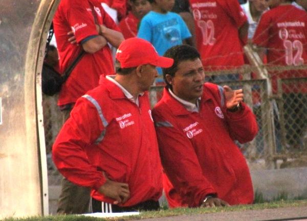 CAMBIO DE OPINIONES. Durante el cotejo, y ante el buen juego aliancista, Umaña y su asistente intercambiaron más de una opinión. (Foto: José Salcedo / DeChalaca.com)