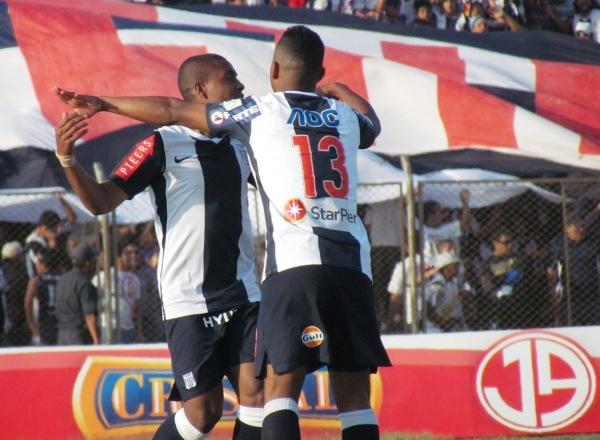 CORRE EL VIENTO. Luis Trujillo y Édgar González celebran el tanto a los once segundos de Jorge Bazán. (Foto: José Salcedo / DeChalaca.com)