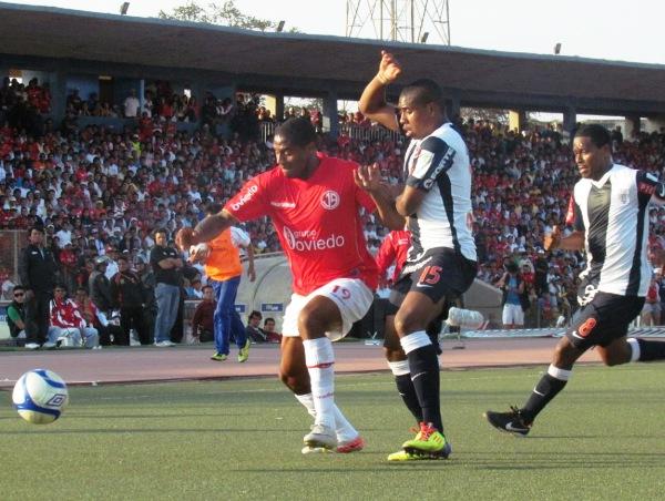 JUEGUITO DE MANOS. Roberto Guizasola y Jorge Bazán se repartían manazos cada vez que chocaban. (Foto: José Salcedo / DeChalaca.com)