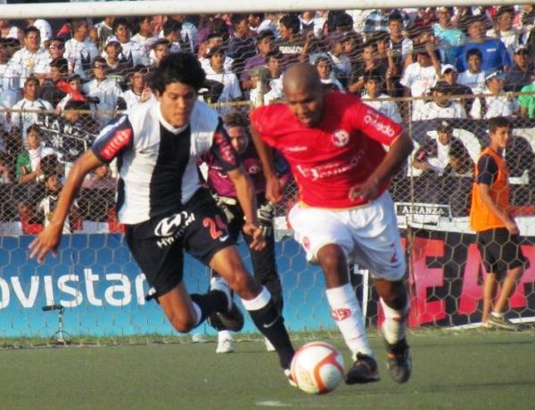 A COCACHOS. Carlos Solís intentaba controlar el centro del campo con su juego vehemente. No dio tan buenos resultados. (Foto: José Salcedo / DeChalaca.com)