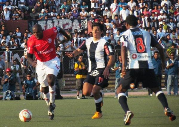 TOMA LA LANZA. Luis Guadalupe, ante la derrota, se iba con todo adelante en busca de empujar a su equipo hacia el empate. (Foto: José Salcedo / DeChalaca.com)