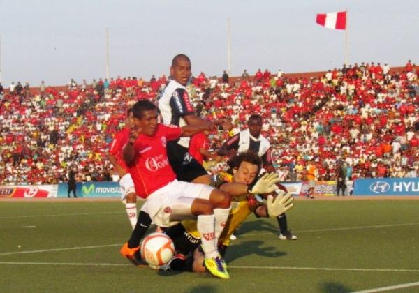 FINAL IDA. Primera final del Descentralizado. Juan Aurich no pudo en casa ante un fuerte Alianza Lima. Parecía presagiar el título blanquiazul. (Foto: José Salcedo / DeChalaca.com)