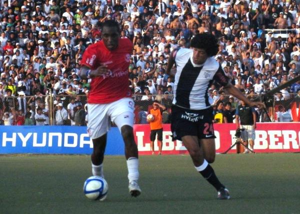 CON PANA. Luis Tejada fue una pesadilla jugando de espaldas al arco de Libman. Al panameño difícilmente le sacaban el balón de los pies. (Foto: José Salcedo / DeChalaca.com)