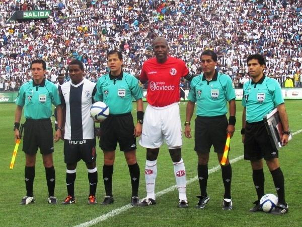 LA DE RIGOR. la foto del recuerdo para los árbitros junto a los capitanes de cada elenco. (José Salcedo / DeChalaca.com)