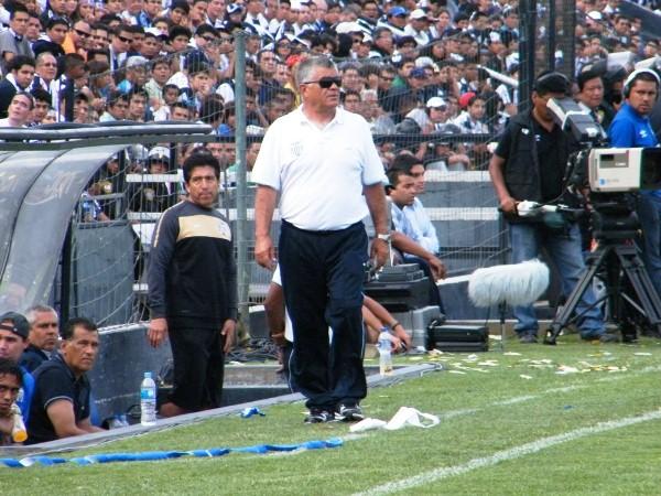 SIN GOLPE. El chileno Miguel Ángel Arrué observaba atento el accionar de sus dirigidos. Aún estaba tranquilo. (Wágner Quiroz / DeChalaca.com)