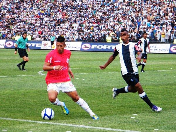 A LOS QUE SABEN. Alfredo Rojas se encontró con un balón en las postrimerías del arco blanquiazul, pero rápidamente se apoyó en Roberto Guizasola. (Wágner Quiroz / DeChalaca.com)