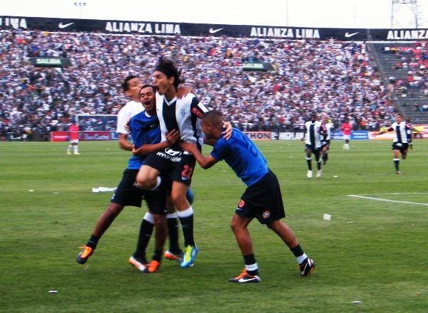 NO LO CANTE, NO LO GRITE, NO SE ABRACE. José carlos Fernández celebraba un gol hecho con la mano. En primera instancia, carrillo lo convalidó. (Wágner Quiroz / DeChalaca.com)