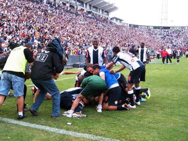 APANADO APRESURADO. Los jugadores y la hinchada mostraba su euforia. El título estaba en sus manos. (Wágner Quiroz / DeChalaca.com)