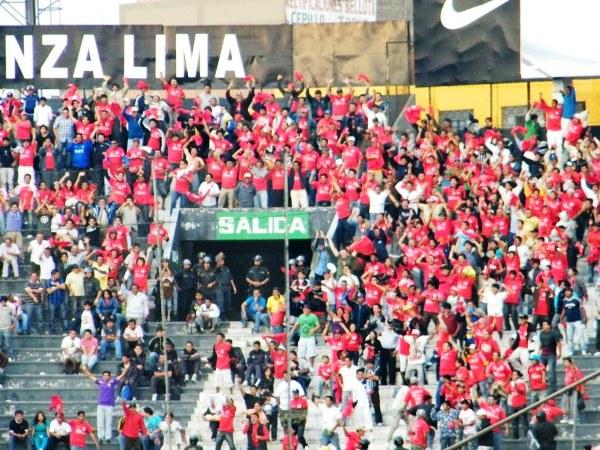 EUFORIA TOTAL. Los hinchas de Aurich celebran enloquecidos en la tribuna. (Wágner Quiroz / DeChalaca.com)