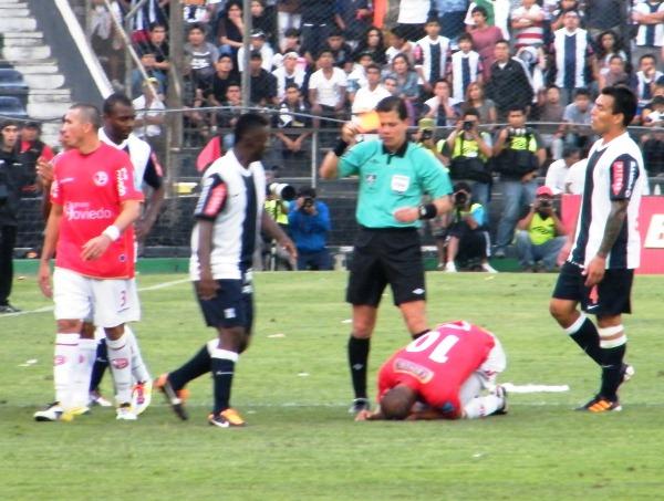 NO VA MÁS. El colombiano tuvo que ser atendido unos minutos, pues el codazo le abrió la ceja. (Wágner Quiroz / DeChalaca.com)