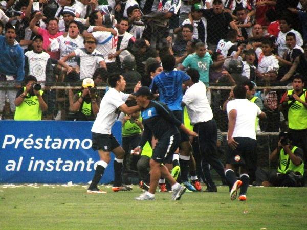 EN SU SALSA. La euforia del plantel blanquiazul era incontrolable. Todos se metieron al campo de juego. (José Salcedo / DeChalaca.com)