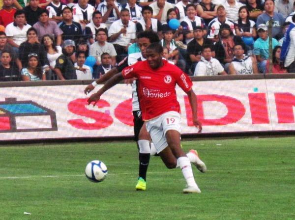 SE VIENE CUCURUCHO. Guizasola supera por velocidad a Joazinho Arroé tras una buena habilitación de Luis Tejada. (José Salcedo / DeChalaca.com)