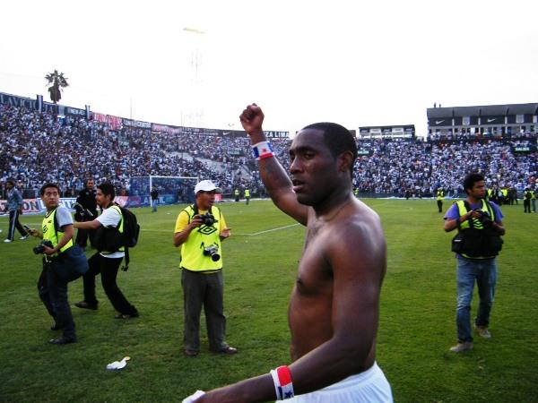 CON PANA. Luis Tejada regaló su camiseta a la tribuna visitante y celebró el triunfazo conseguido. (Wágner Quiroz / DeChalaca.com)